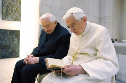 Benedetto XVI accoglie il fratello mons. Georg Ratzinger, giunto in Italia per l'85.mo compleanno del pontefice