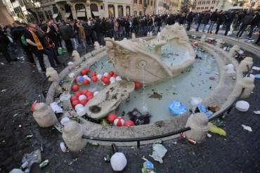 Roma, la Fontana della Barcaccia devastata dai  tifosi del Fayenoord